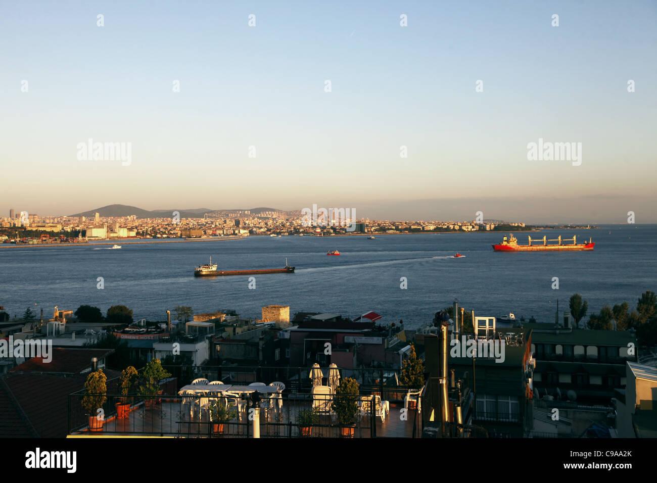 Pétroliers ROUGE SUR BOSPHORE TAKSIM ISTANBUL Turquie 03 octobre 2011 Banque D'Images