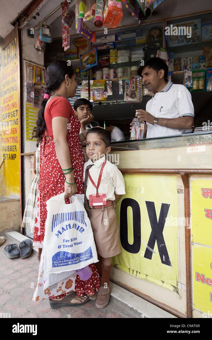 Shop à Subash Nagar bidonville de Mumbai, Inde. Photo Stock