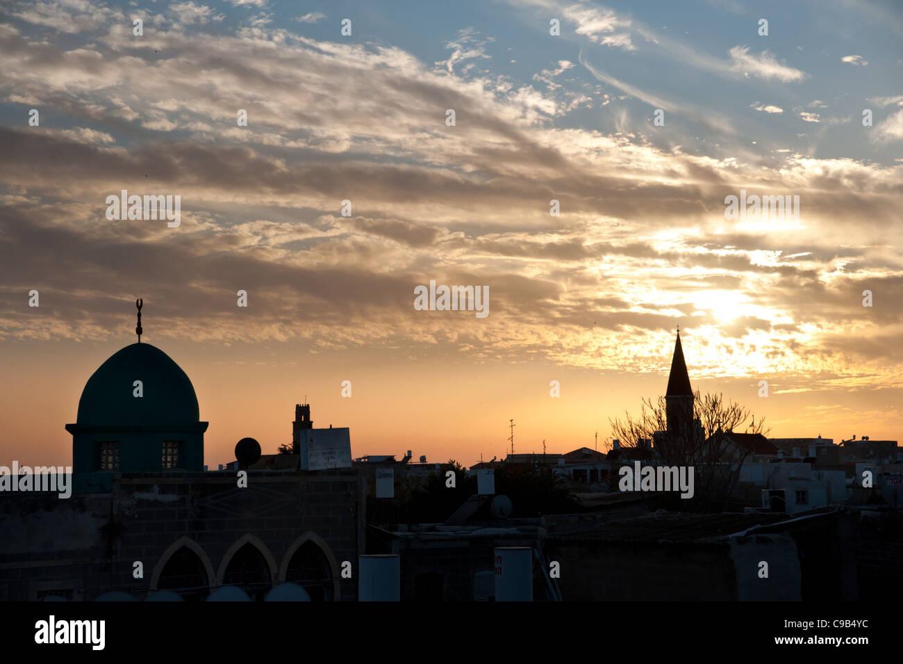 Clochers, dômes et minarets le puncutate Akko (Acre), Israël, Skyline at sunset. Photo Stock