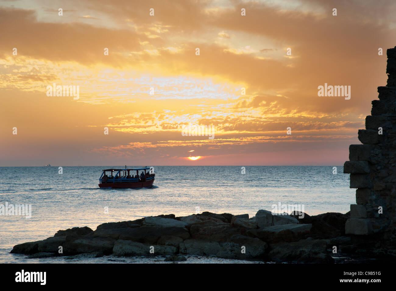 Le soleil se couche sur la mer Méditerranée à Akko (Acre), Israël. Photo Stock