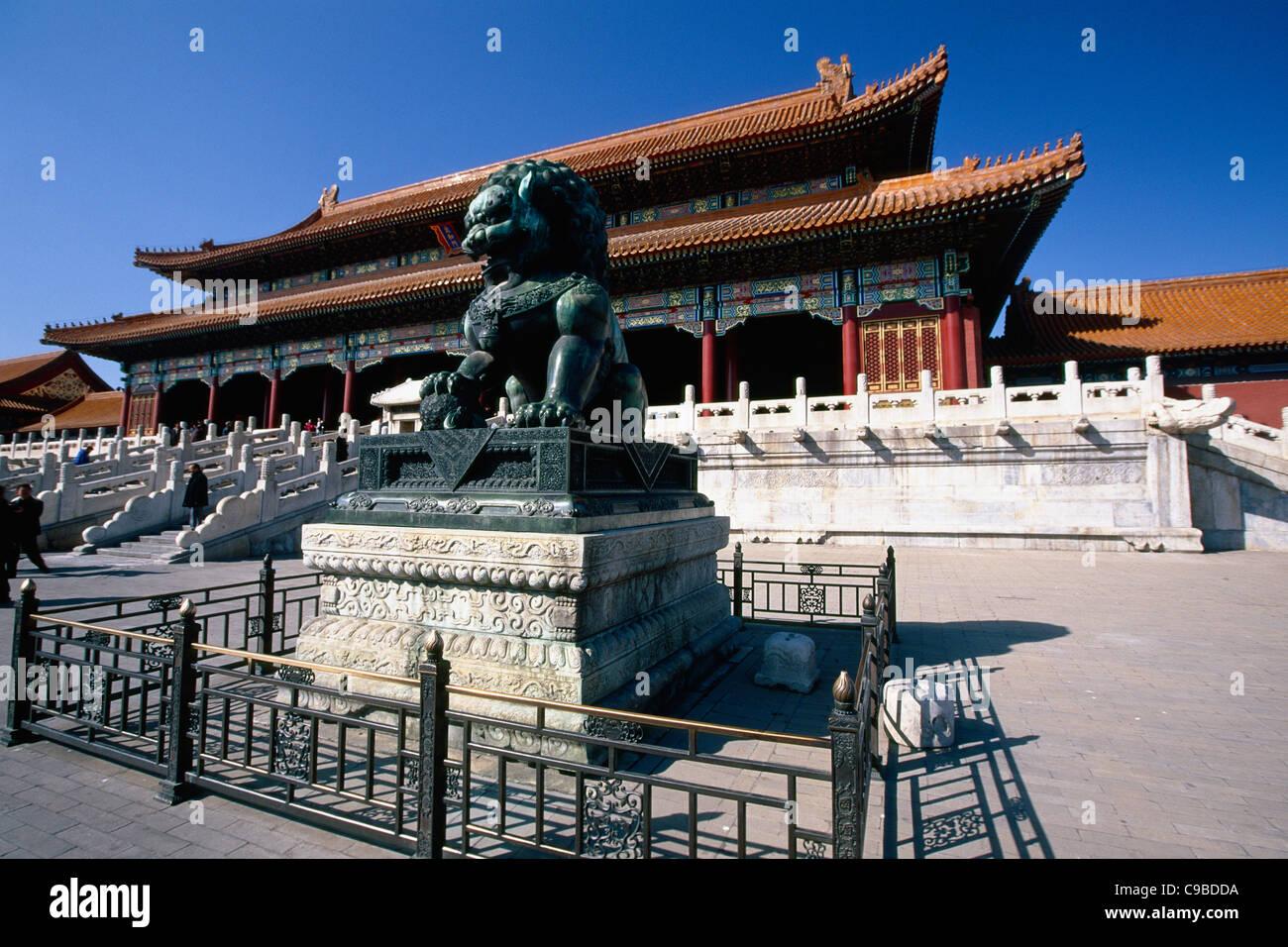 Mâle Gardien Impérial Chinois Lion Sculpture en face du hall de l'harmonie suprême, la Cité Interdite, Pékin, Chine Banque D'Images