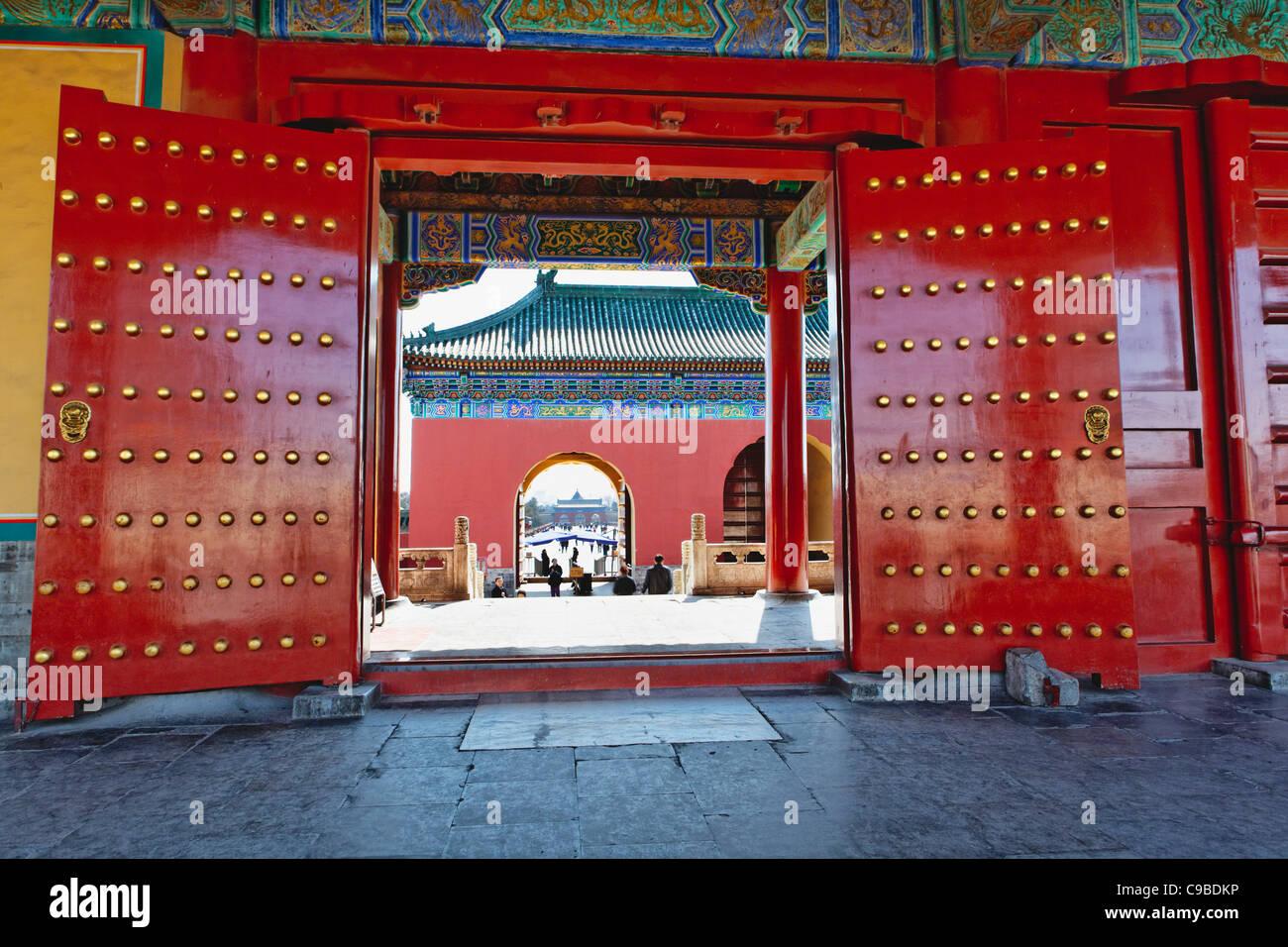 Portes rouges avec Lucky Nombre de goujons, Temple du Ciel, Beijing, Chine Photo Stock