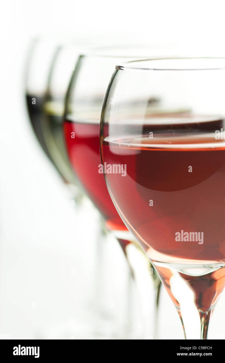 Verres de rouge et rose , vin blanc , gros plan Banque D'Images