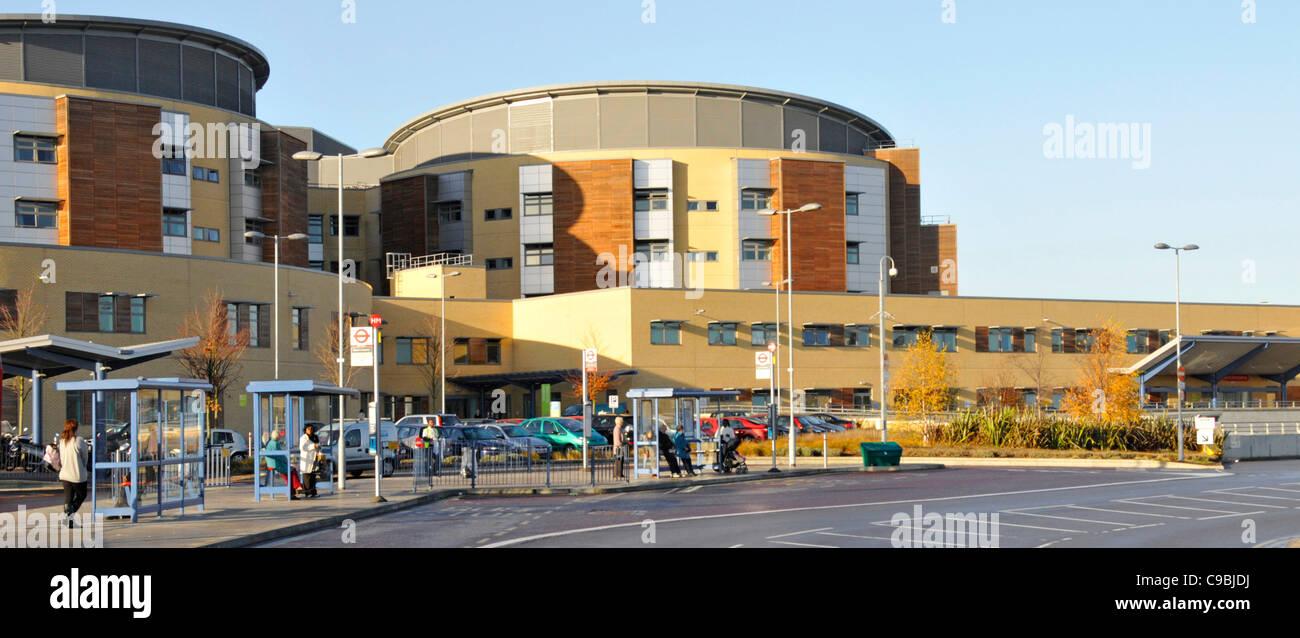 Arrêt de bus et de l'extérieur du bâtiment et de l'hôpital NHS Queens medical centre Photo Stock