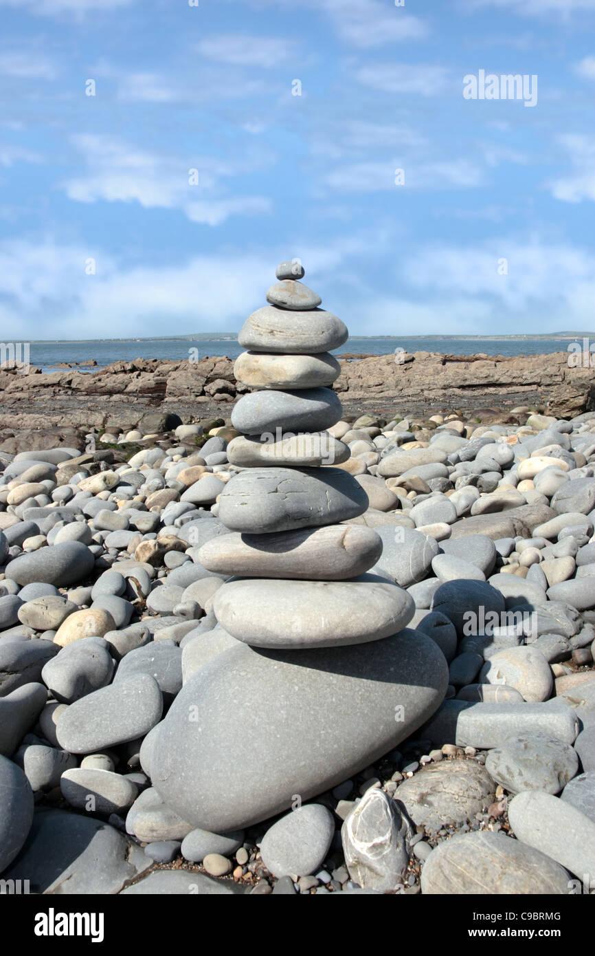 Des rochers en équilibre sur une plage calme sur la côte spirituelle de l'Irlande Photo Stock
