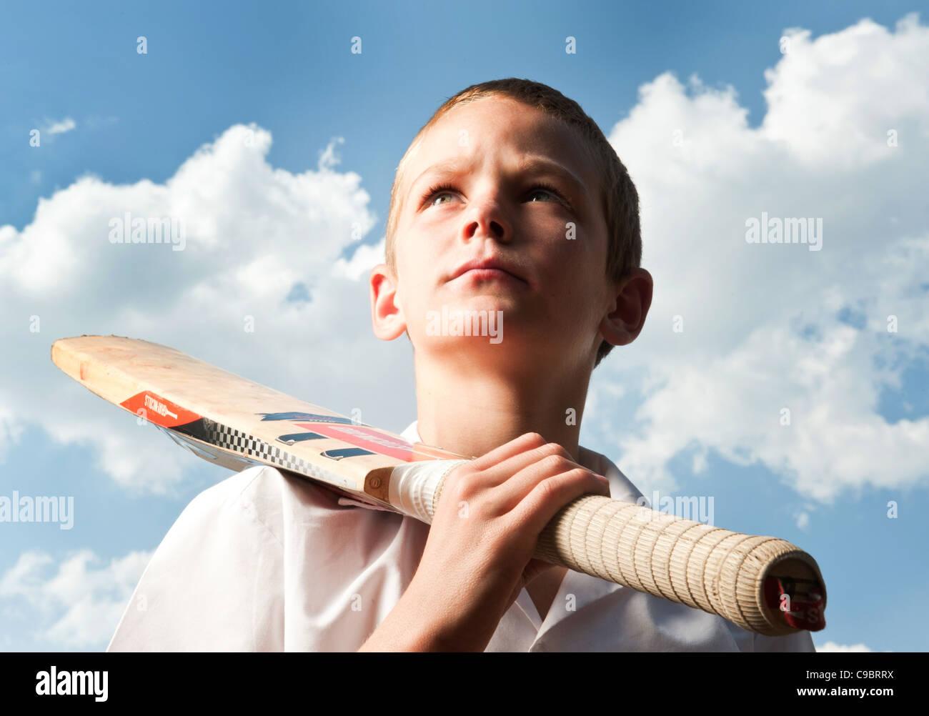 Boy holding cricket à l'extérieur, Johannesburg, la Province de Gauteng, Afrique du Sud Photo Stock