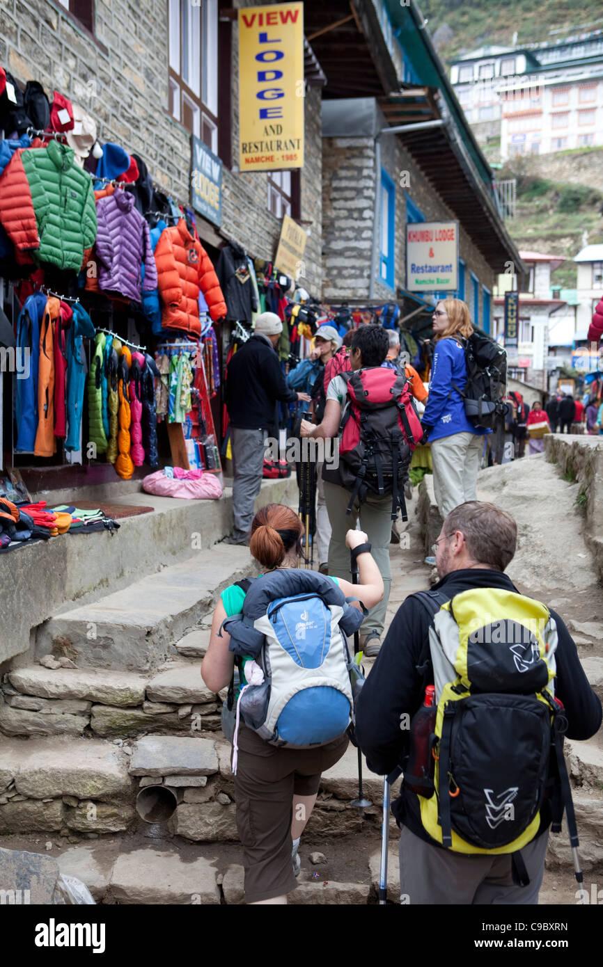 Octobre 2009 Camp de base de l'Everest Trek route - Shop Namche Bazar - scènes de rue Photo Stock