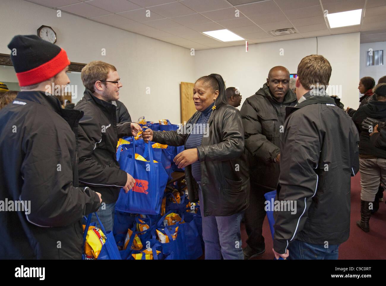 Dinde de Thanksgiving à la distribution gratuite de personnes à faible revenu Photo Stock