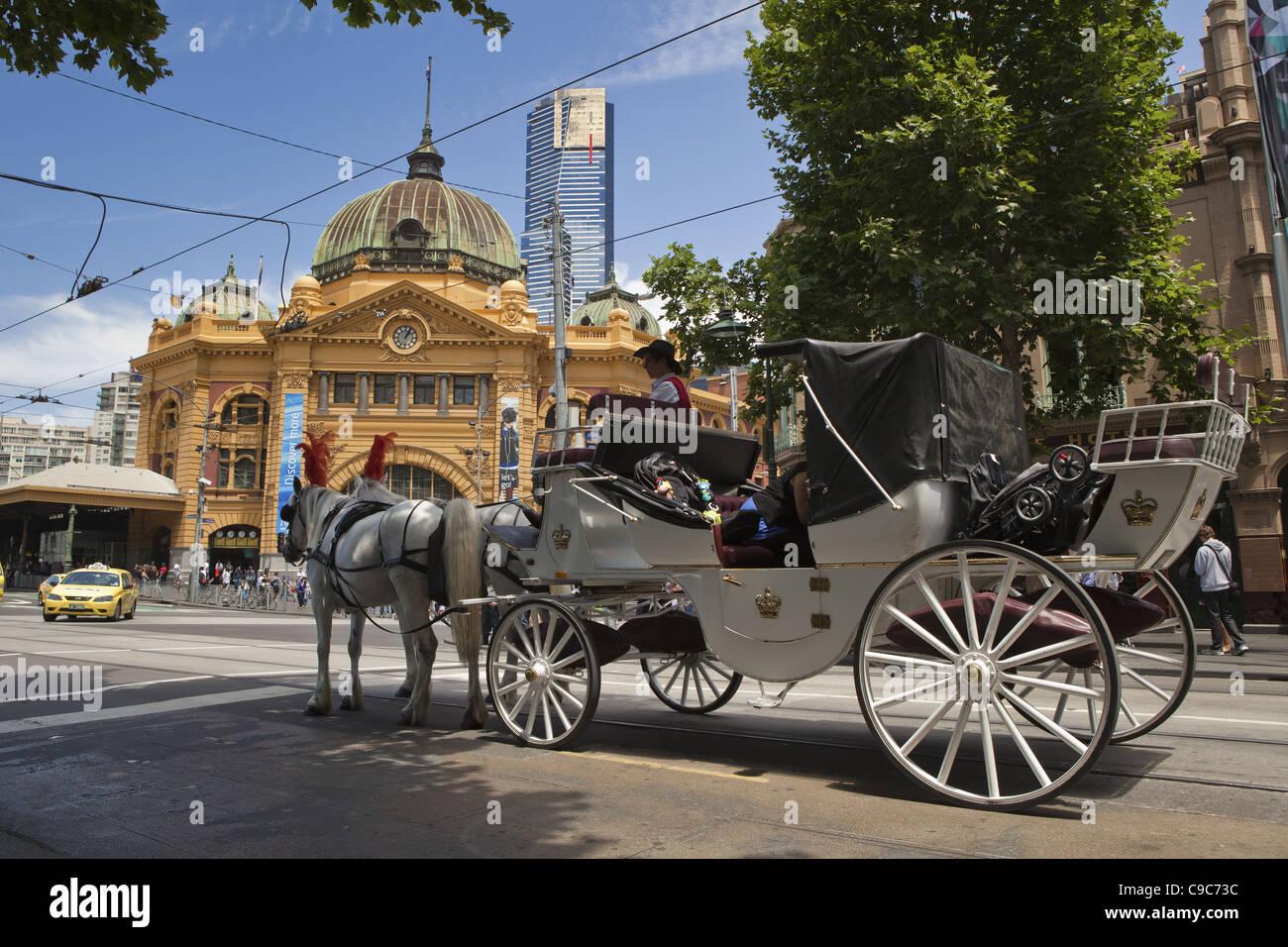 Journée ensoleillée sur la ville de Melbourne les systèmes de transport public. La calèche touristique autour de la zone de la CDB, en face de la Flinders Banque D'Images