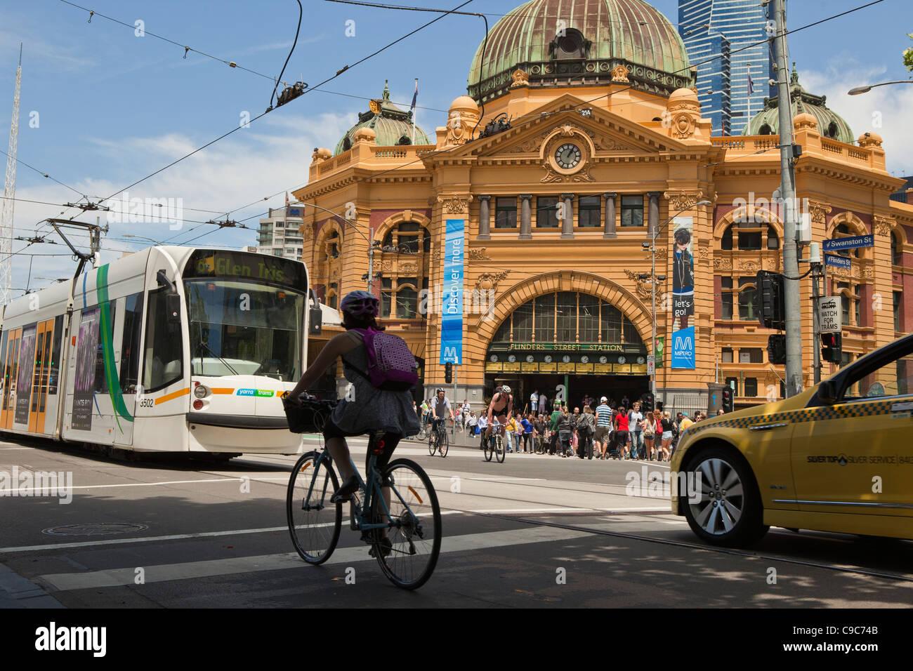 Sunny Melbourne journée sur les systèmes de transport public de la ville. Vélo Taxi et des tramways et même la ville train à la gare de Flinders Street. Banque D'Images