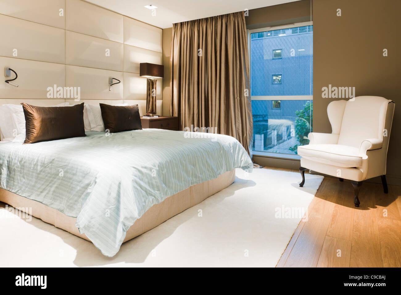 Chambre à coucher contemporaine intérieur en appartement à Londres Photo Stock