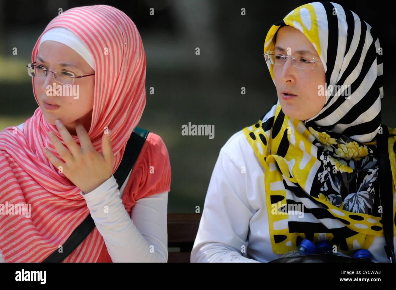 Femme musulmane portant des lunettes colorées et pashminas. Istanbul, Turquie Banque D'Images