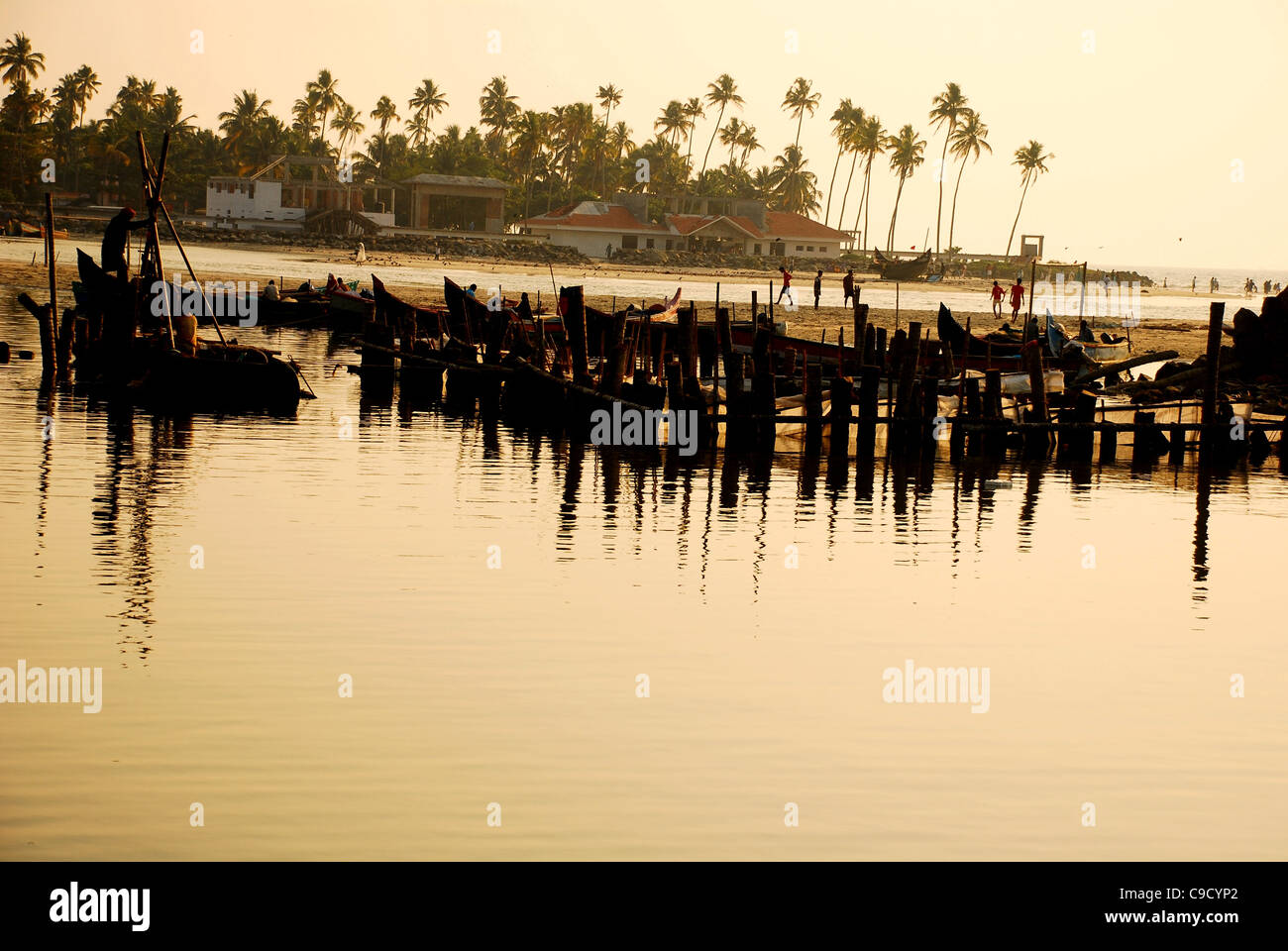 Coucher du soleil par une plage au Kerala Photo Stock