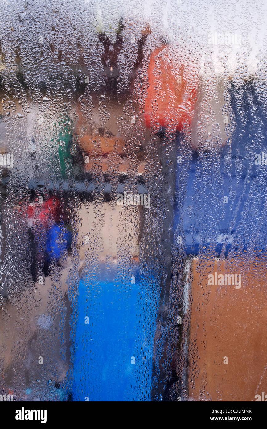 La condensation sur une fenêtre de l'extérieur. Photo Stock