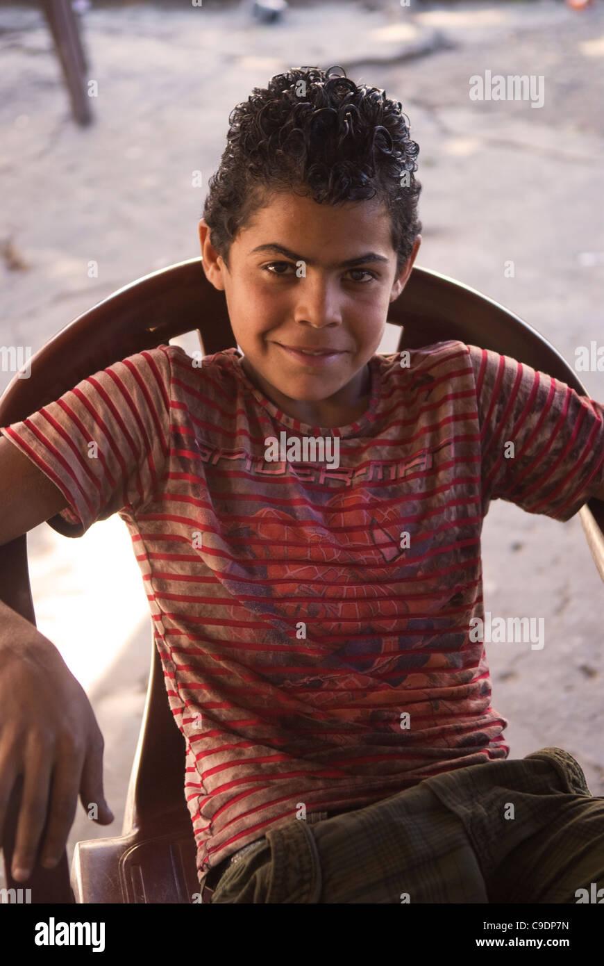 un jeune gar u00e7on arabe se trouve pos u00e9 pour sa photo dans le sud de la ville portuaire de tyr  au