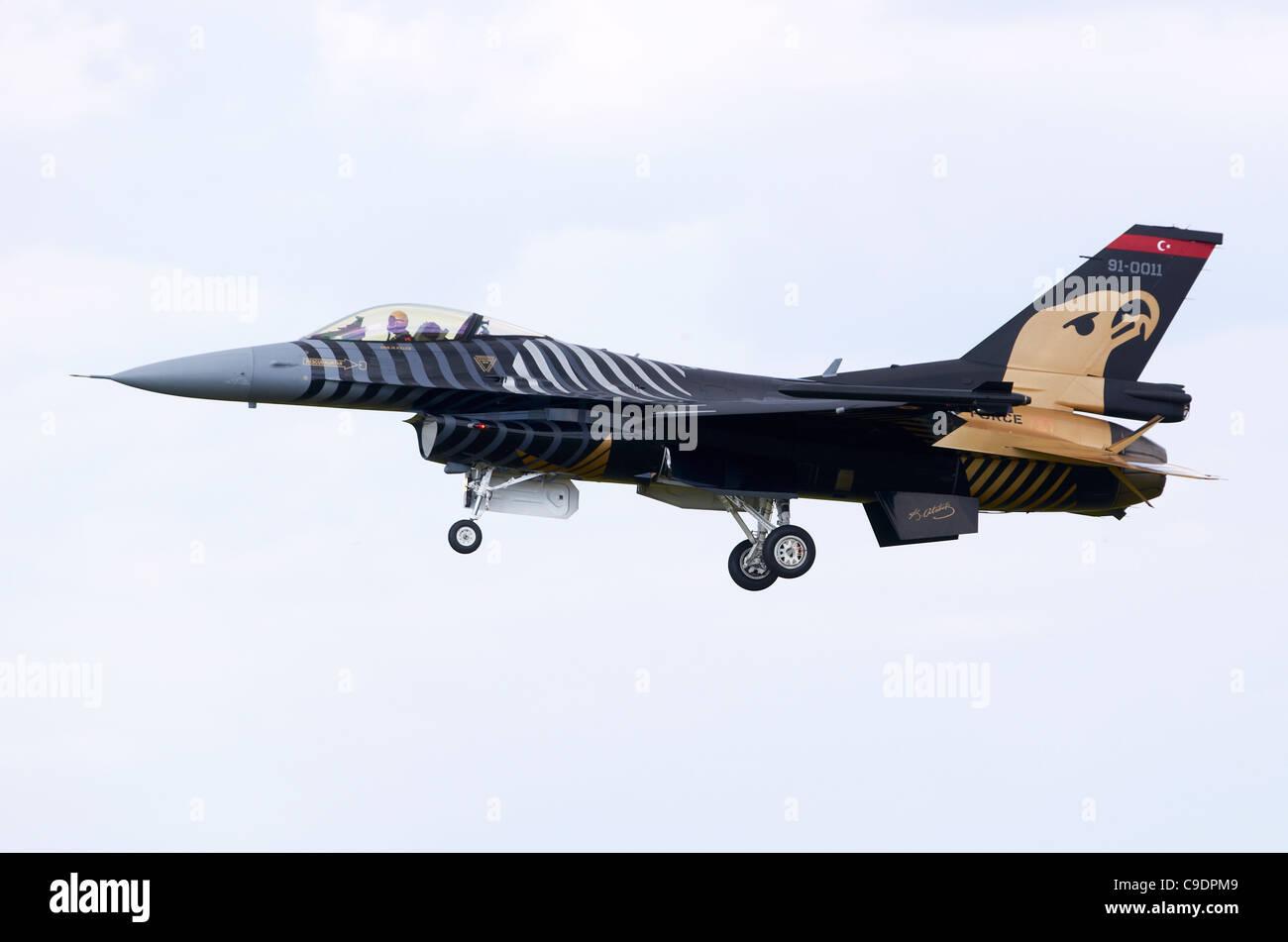 TUSAS F-16CG nuit pèlerin variante du F-16 Falcon, exploité par l'armée de l'air turque, en approche pour l'atterrissage à RAF Fairford Banque D'Images
