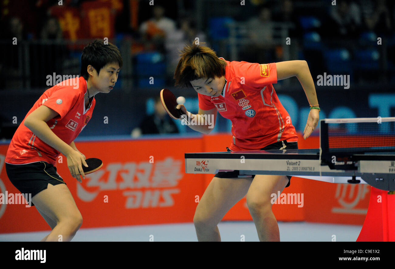 Yue GUO (CHN) et Li Xiaoxia et (RCS) au cours de l'ITTF Tennis de Table Tour Grand Finale, ExCel Centre, Londres, Photo Stock