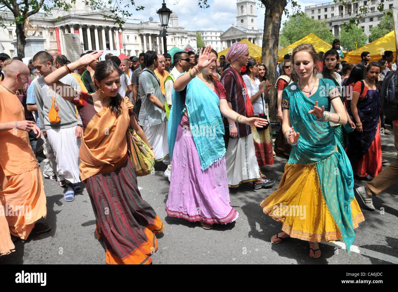 Trafalgar Square, Londres, Royaume-Uni. 17 juin 2012. En face de la Galerie Nationale, trois filles de la danse comme des centaines de fêtards Hare Krishna profitez de l 'Ratha-Yatra' Festival de chars.Photo par: Matthieu Chattle/Alamy Live News Banque D'Images