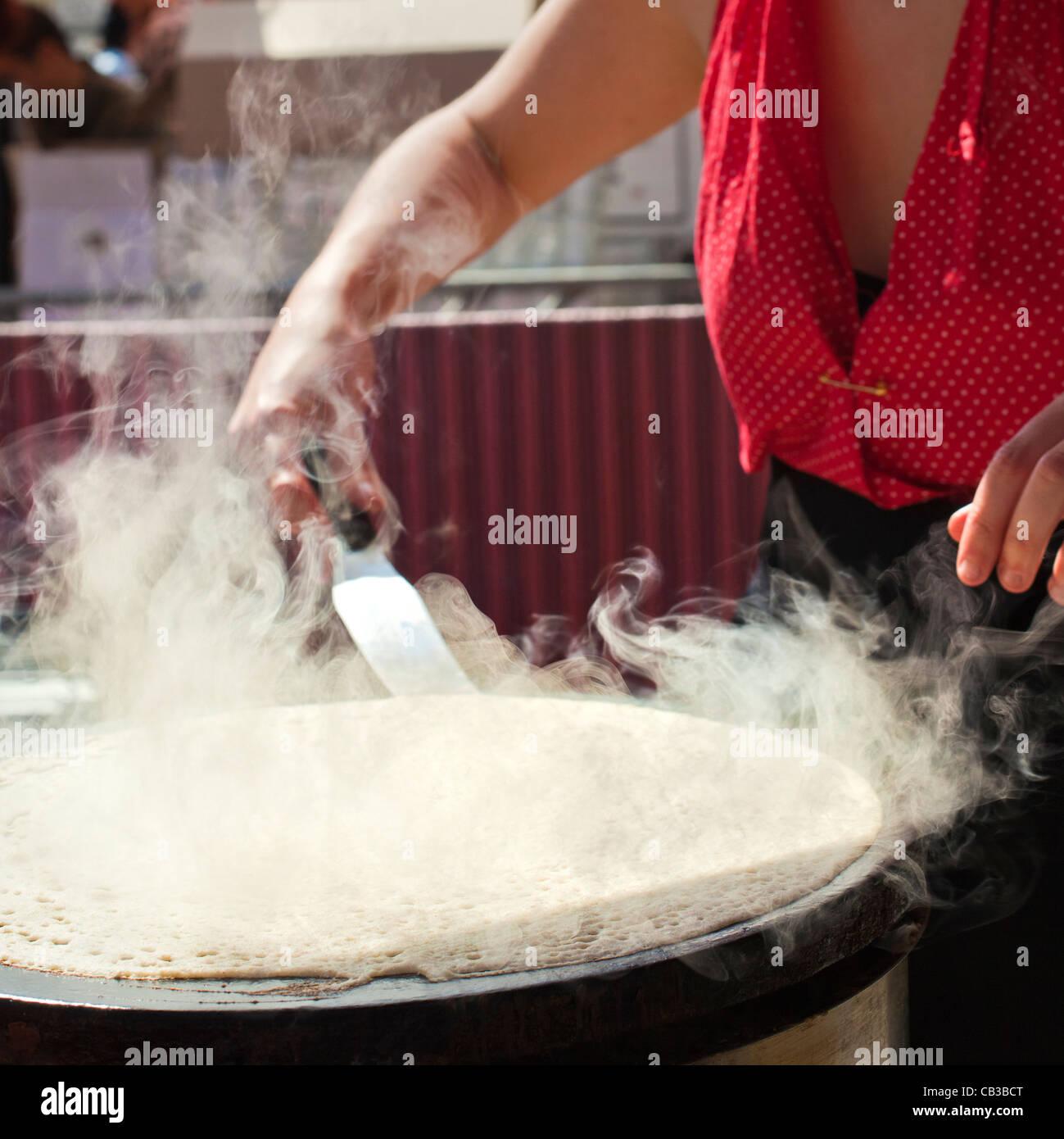 High Noon community festival est un festival de musique local Northcote à Melbourne, Australie Le faire des aliments/crêpes sur les rues de la ville. Banque D'Images