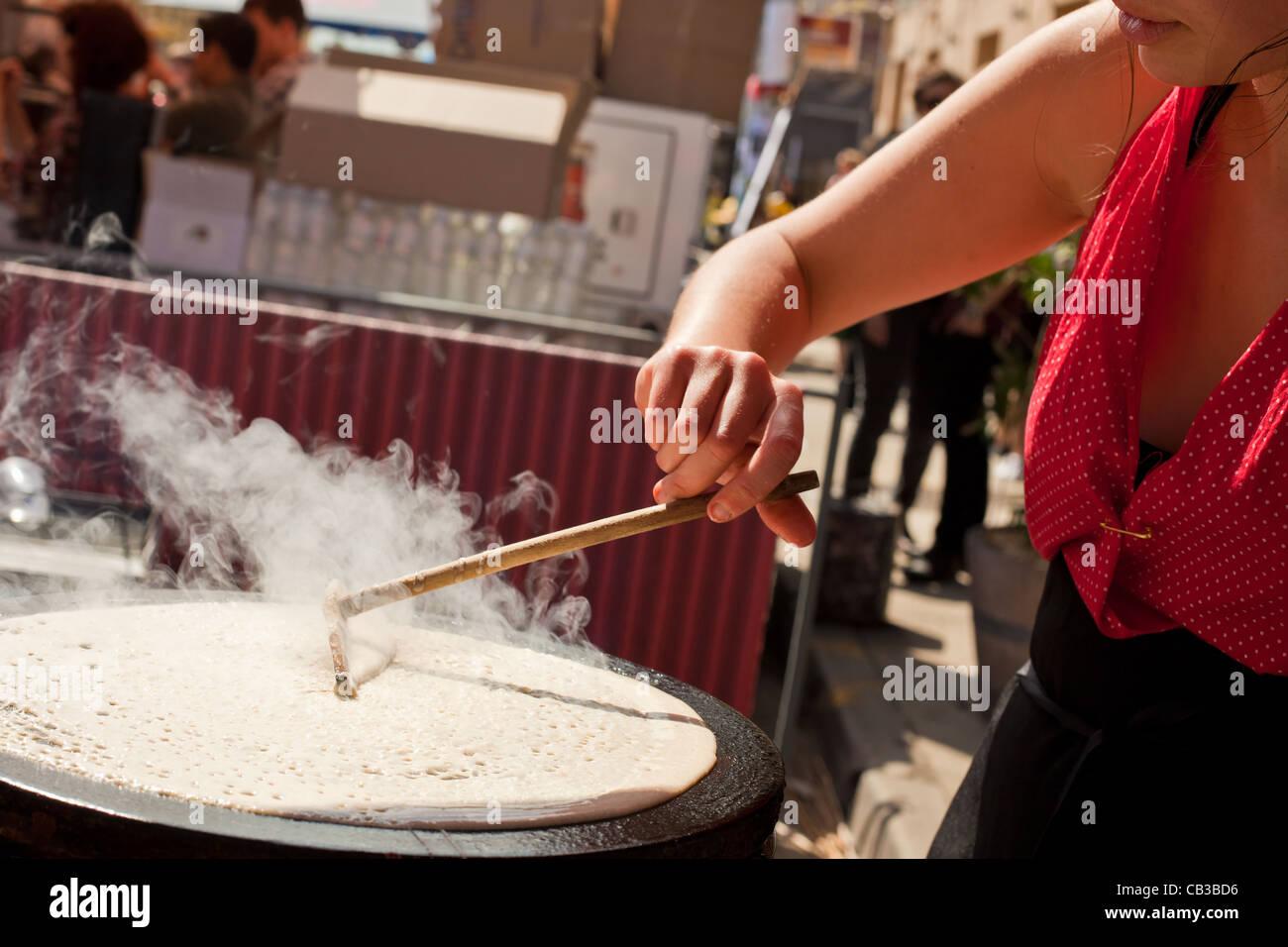 High Noon community festival est un festival de musique local Northcote à Melbourne, Australie / faire à manger des crêpes dans la rue Banque D'Images