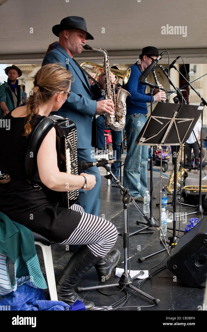 High Noon community festival est un festival de musique local Northcote à Melbourne, Australie groupe jouant sur scène. Banque D'Images