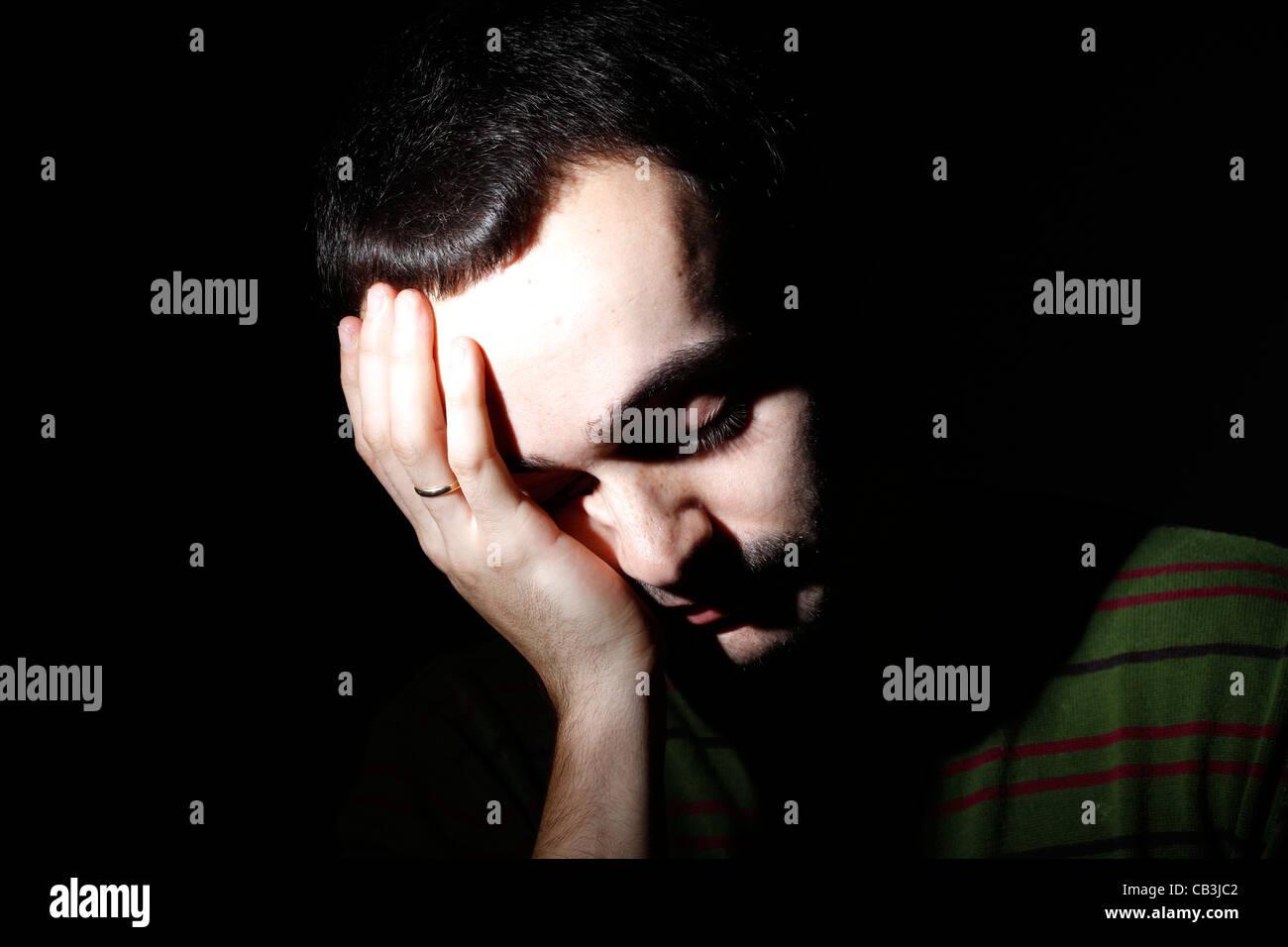 Portrait d'un jeune homme, isolé sur fond noir Photo Stock