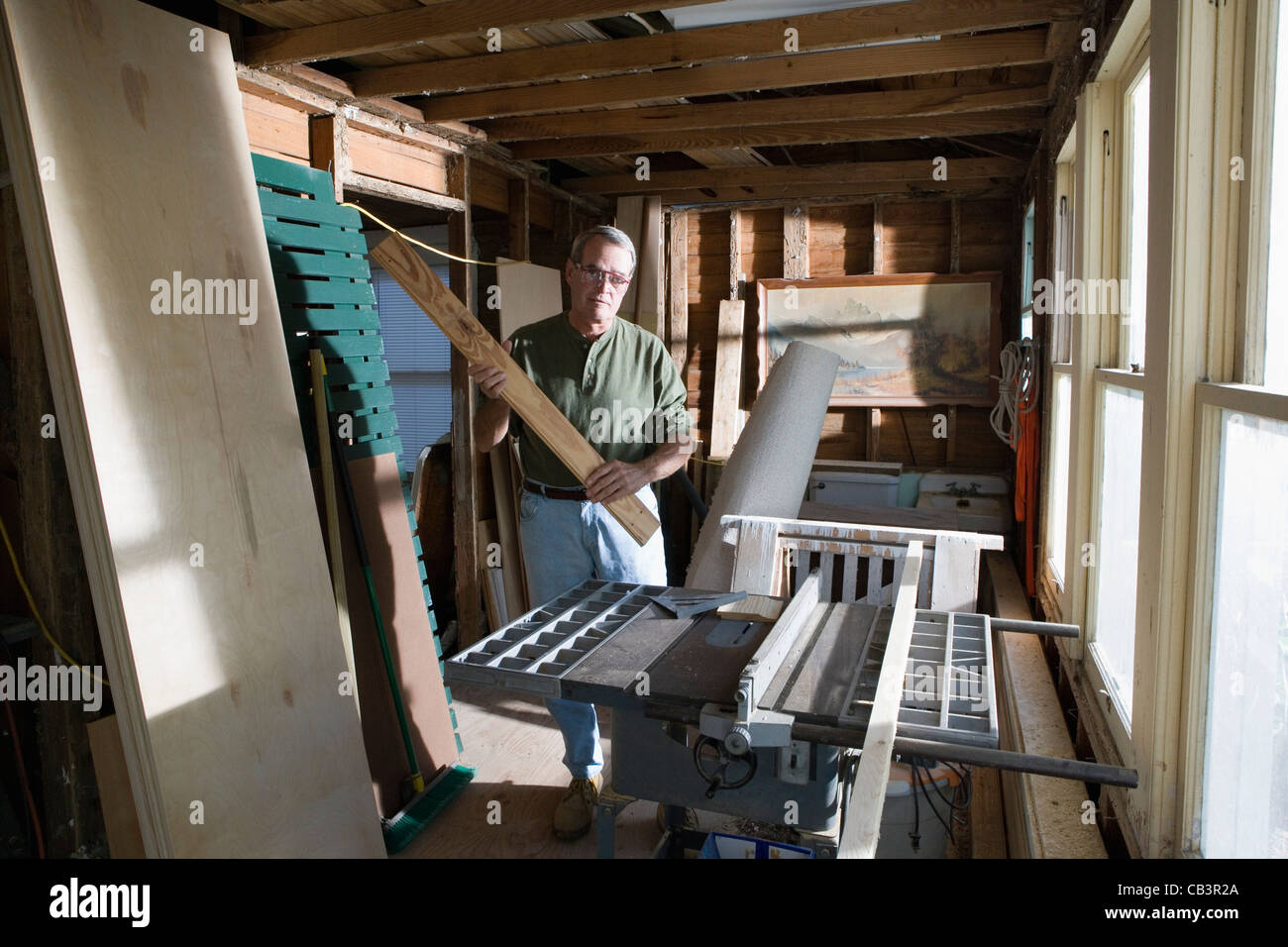 man avec le bois et la menuiserie outils dans cabane banque d'images