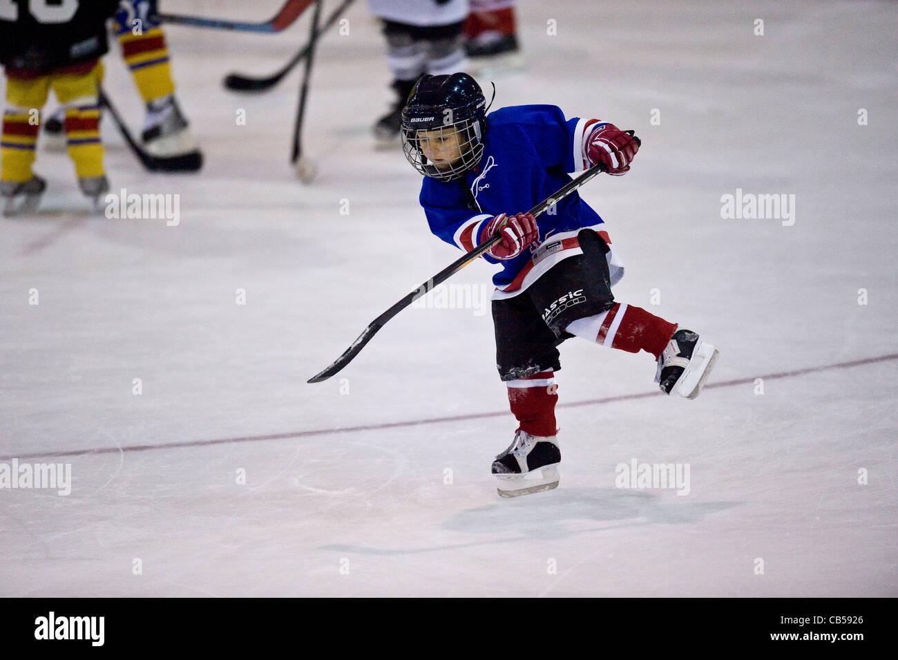 Les enfants de la formation de hockey sur glace Photo Stock