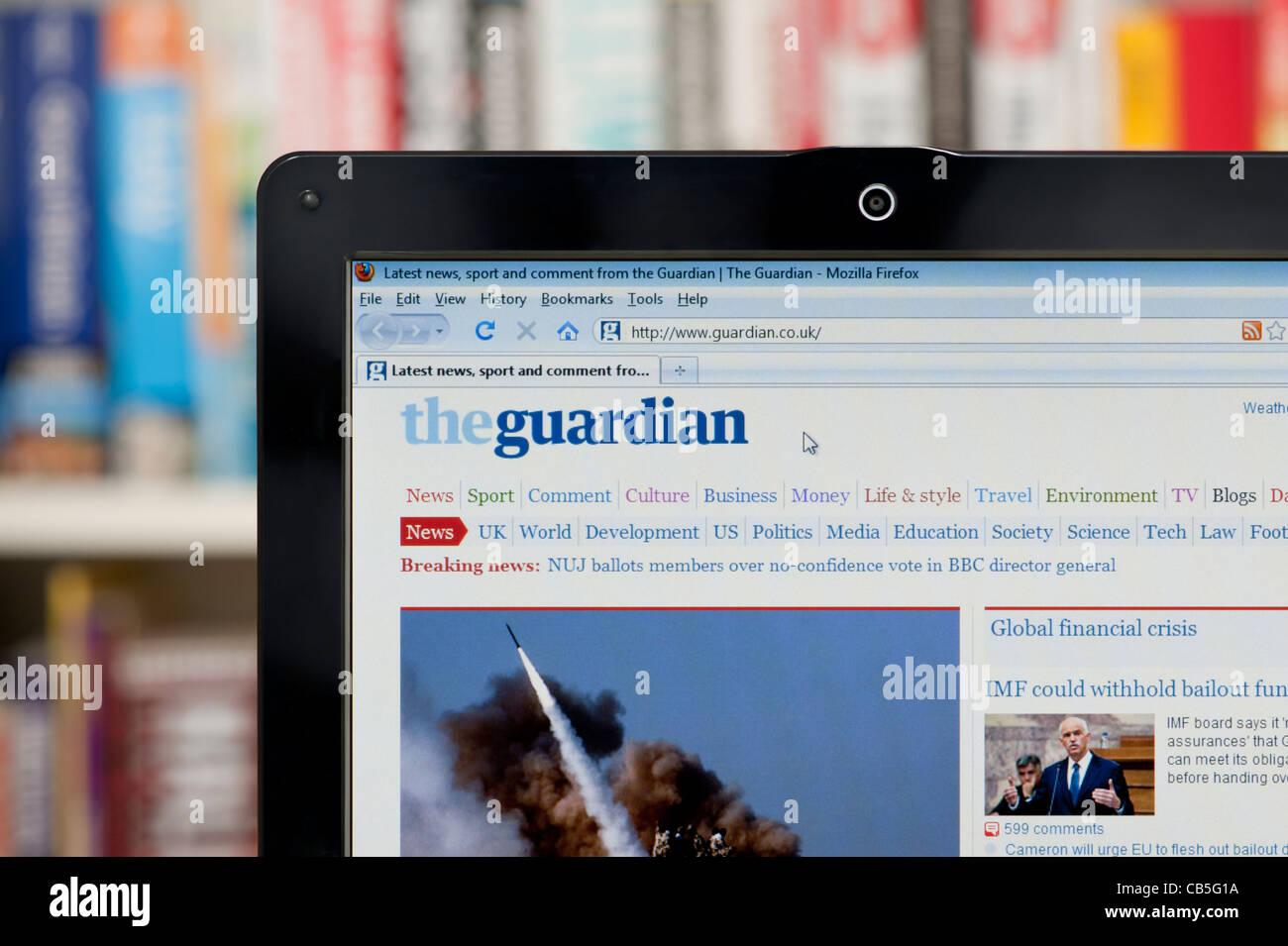 Le journal The Guardian website tourné contre un meuble en arrière-plan (usage éditorial uniquement: Photo Stock