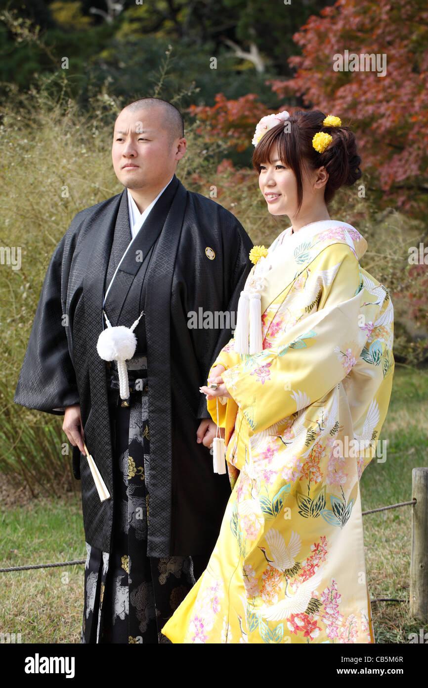 Jeunes mariés japonais dans des vêtements de mariage traditionnel kimono