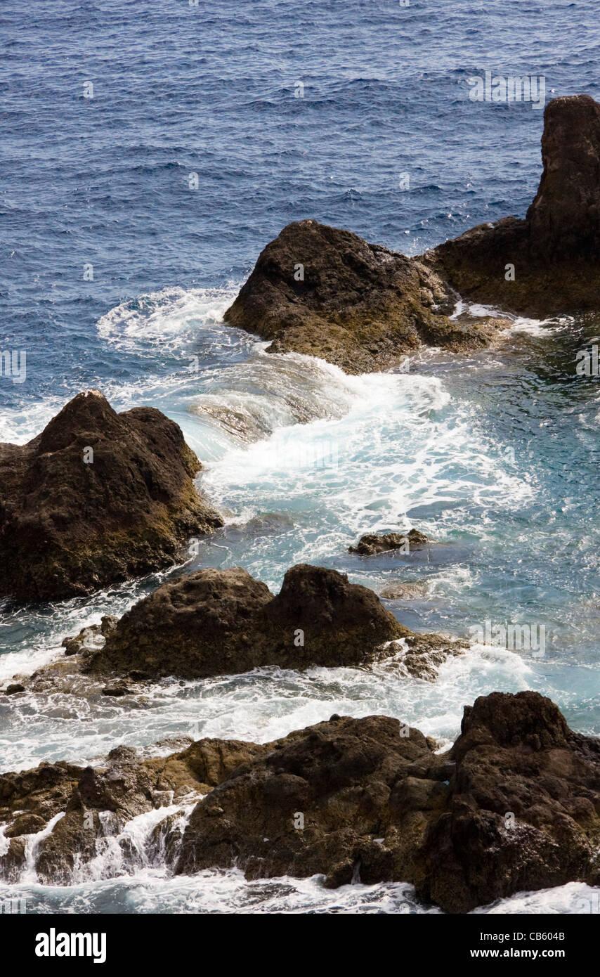 Grosse mer et rochers, Ponta da Cruz, près de Funchal, Madère Banque D'Images