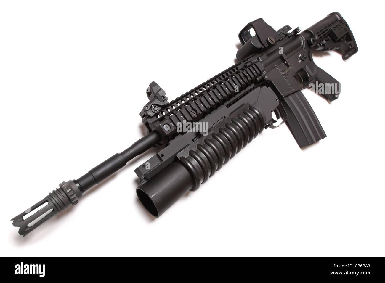 US Army M4A1 Carbine tactique avec lance-grenades M203 louncher. Isolé sur un fond blanc. Banque D'Images