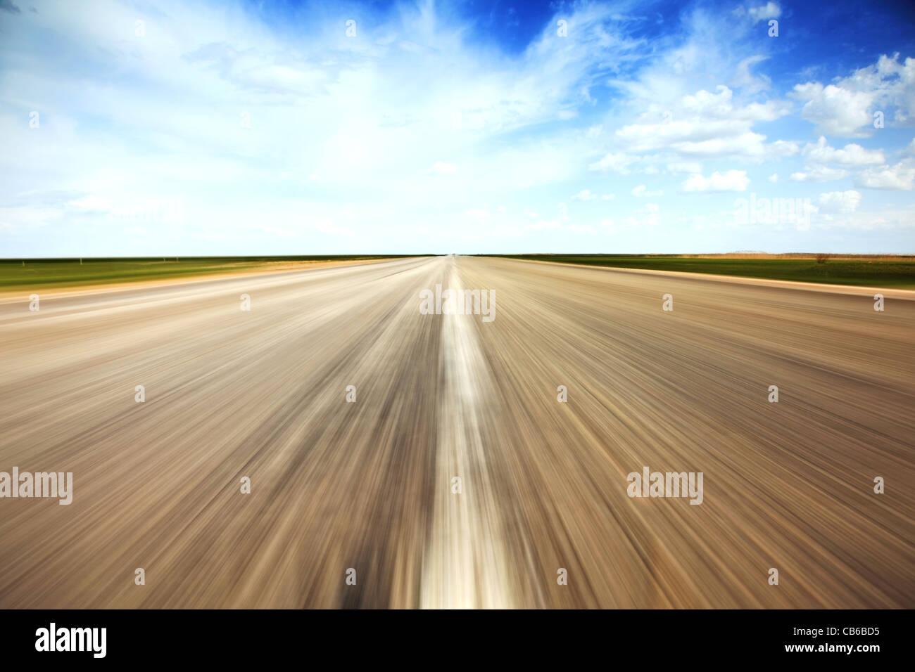 Concept de vitesse. Vieille route de campagne vide s'étend en perspective. Photo Stock