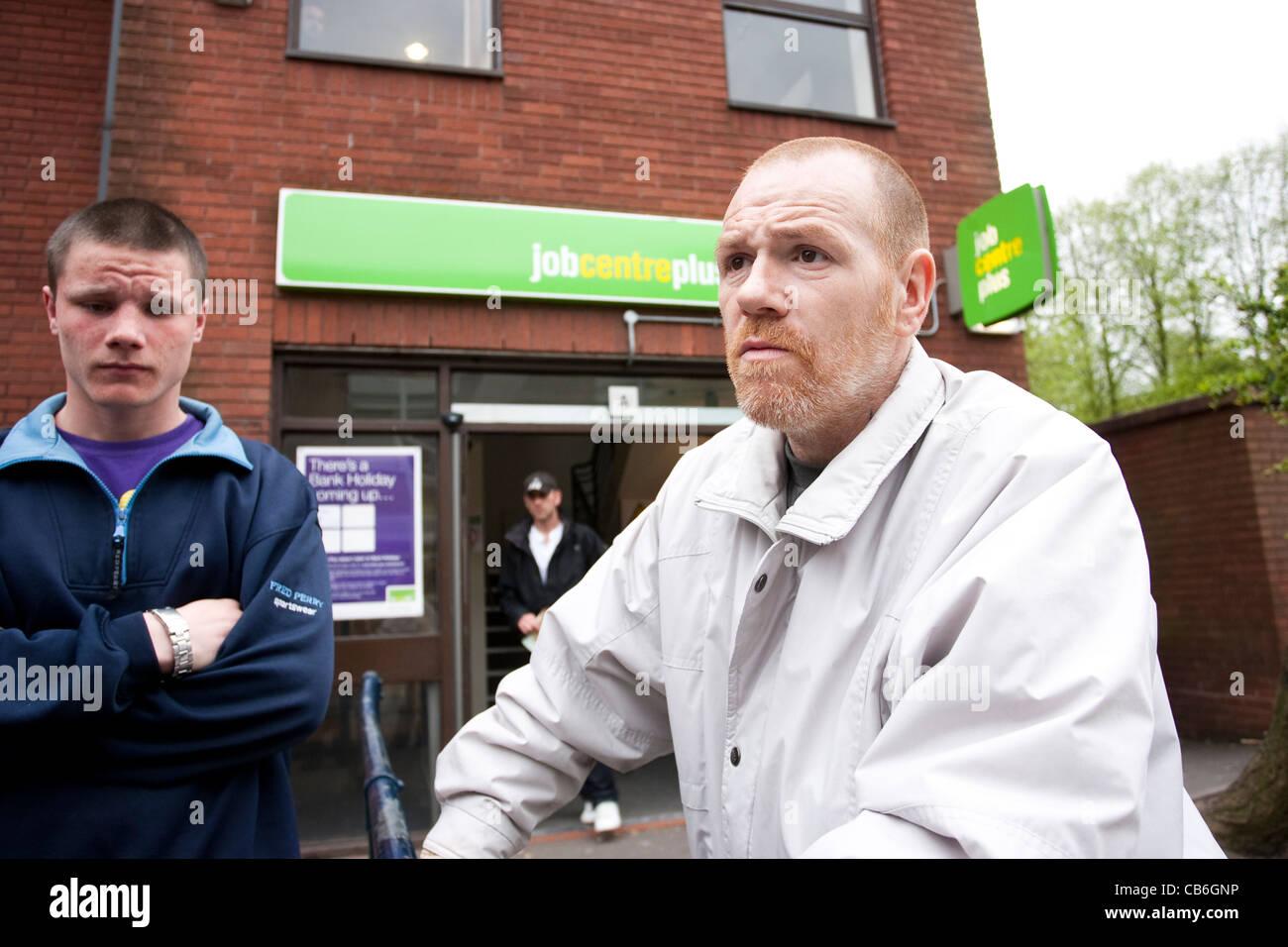 Des jeunes chômeurs en dehors du Job Center, Dudley, West Midlands, Royaume-Uni. Photo:Jeff Gilbert Photo Stock