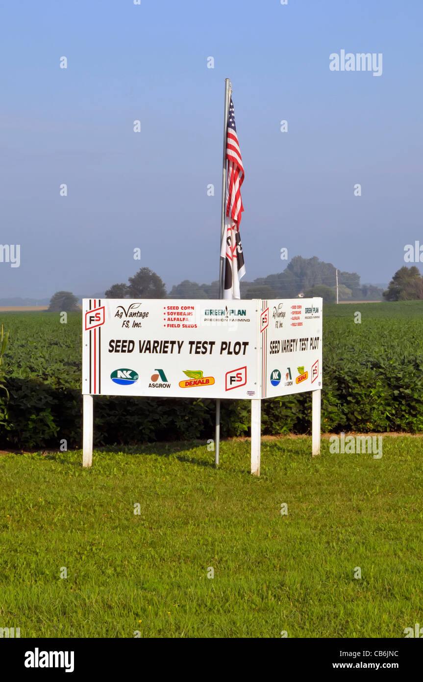 Variété de semences de l'Iowa Farm field test pour le maïs de semence de luzerne et de graines Photo Stock
