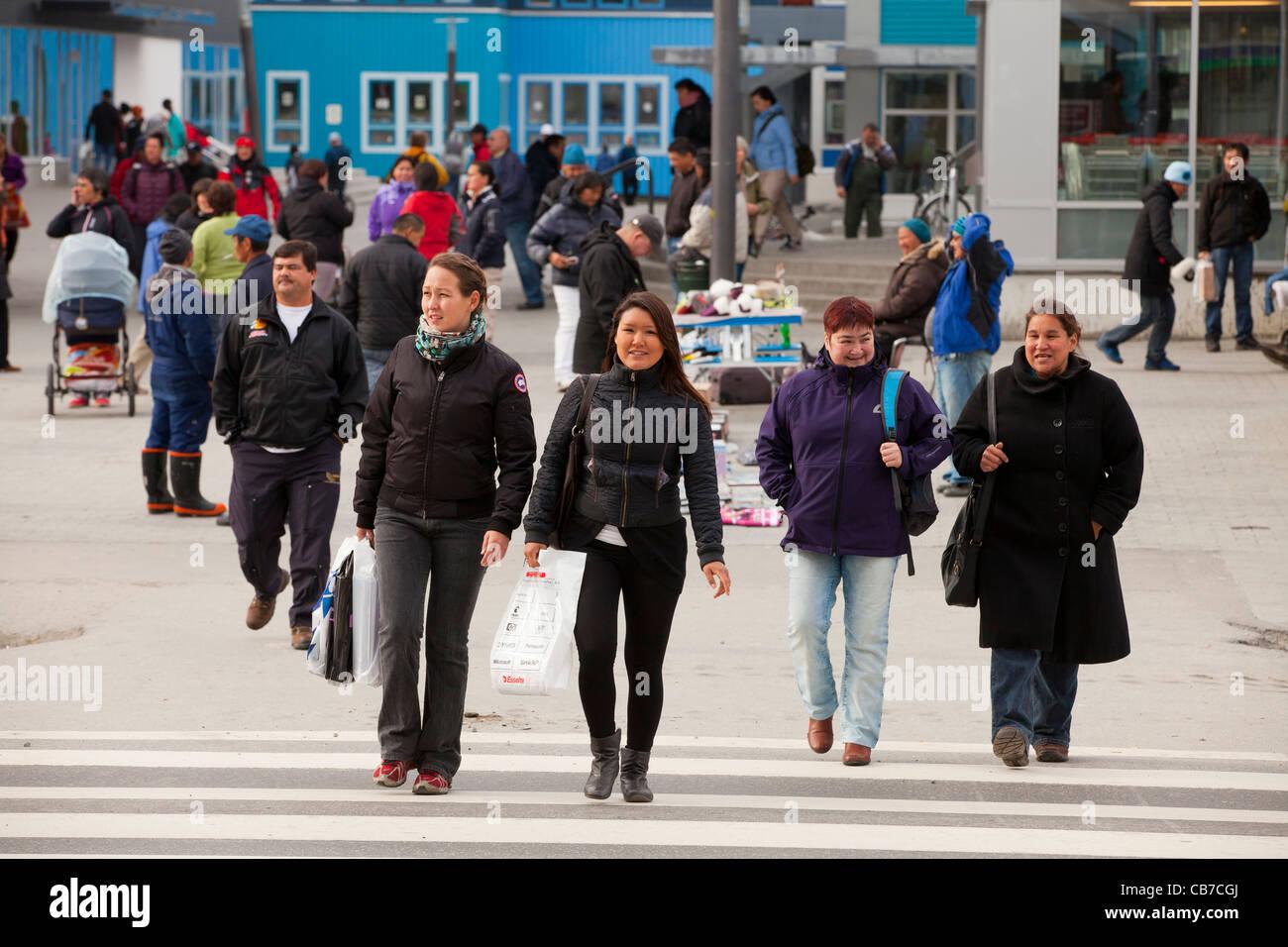 Les piétons au centre-ville de Nuuk, capitale du Groenland (RMN) Photo Stock