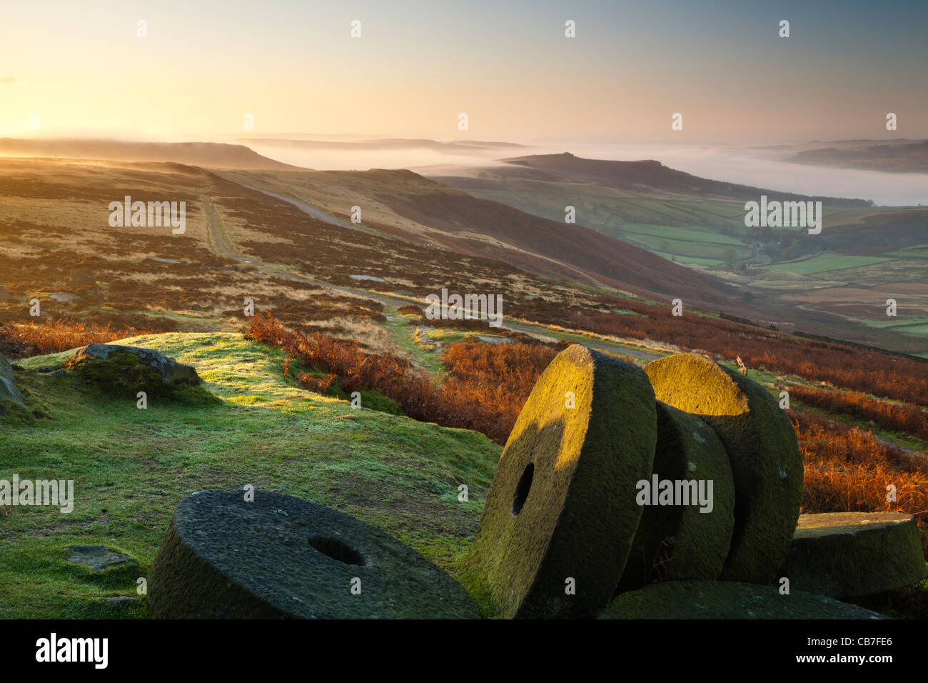 Le lever du soleil, Stanage Edge meules, parc national de Peak District, Derbyshire, Angleterre, RU Photo Stock