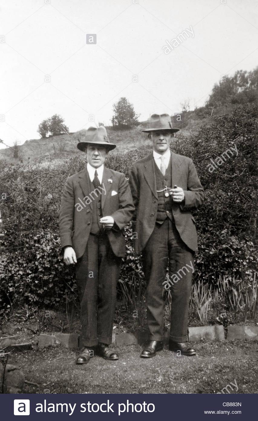 Deux personnes de sexe masculin qui pose pour une campagne d'image 1930 Photo Stock