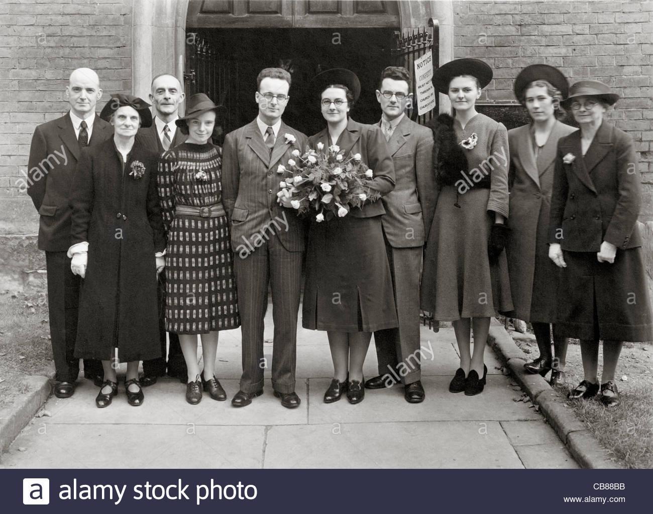 Photo de mariage de la famille d'en face de l'église de l'Angleterre des années 40, l'ouverture Photo Stock