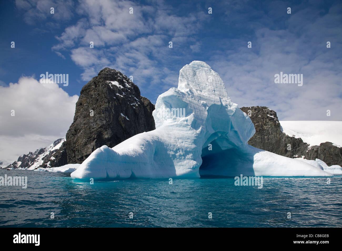 Cimetière d'iceberg dans la mer de l'Antarctique à la Trinity Island, Antarctica Photo Stock