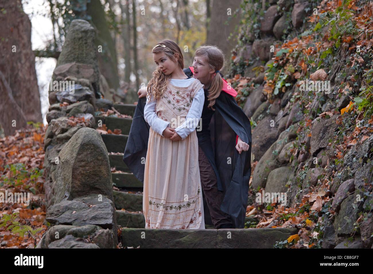 Deux jeunes filles jouant et vampire girl Banque D'Images