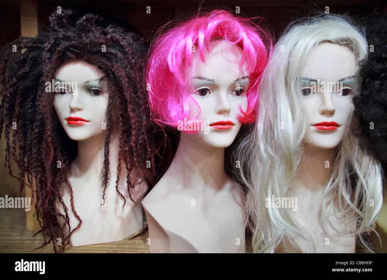 Perruques Femme mannequin sur les têtes. Photo Stock