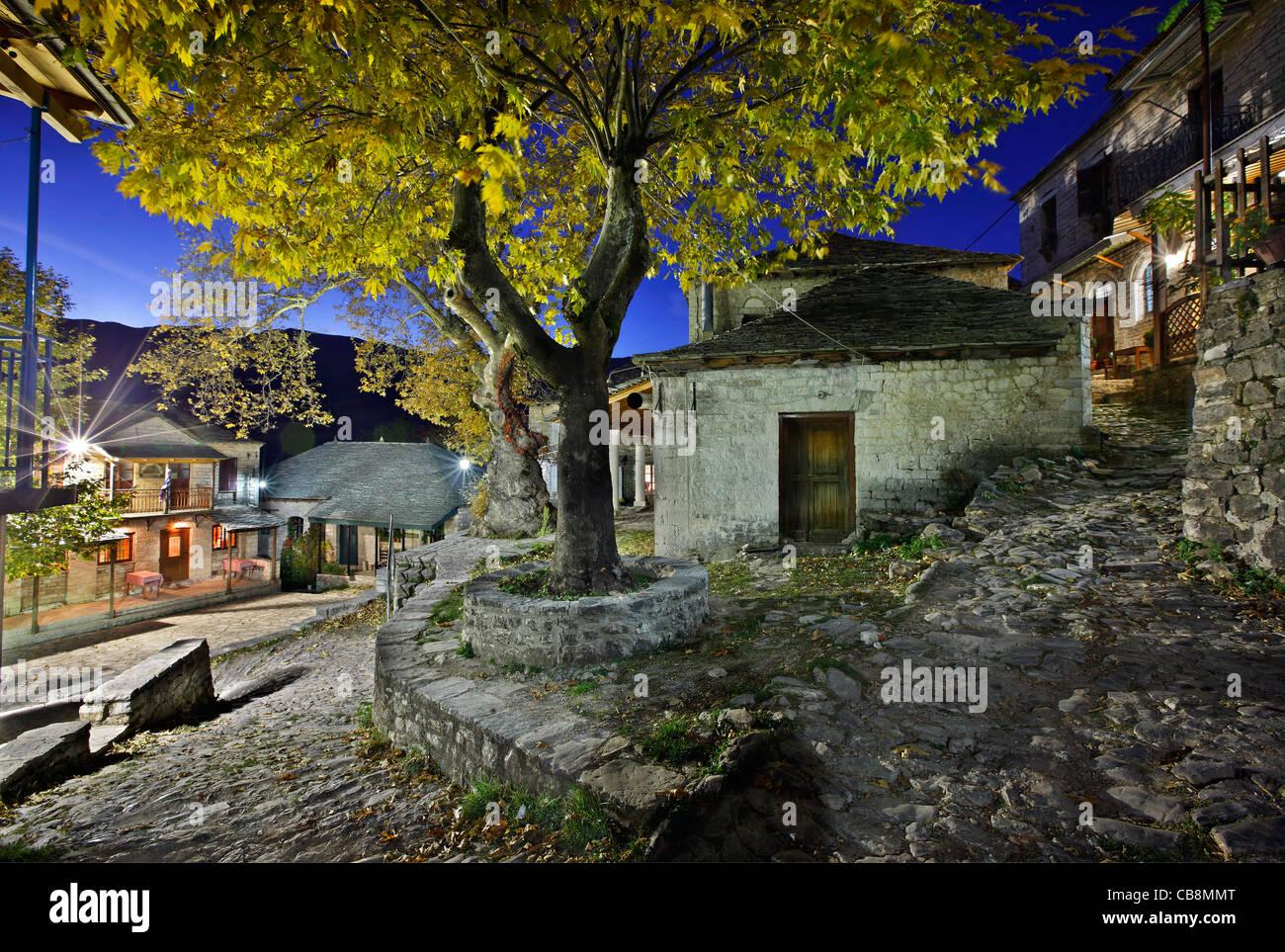 Kalarrytes village, l'un des plus beaux villages de montagne grecque, sur les montagnes Tzoumerka, Ioannina, Photo Stock