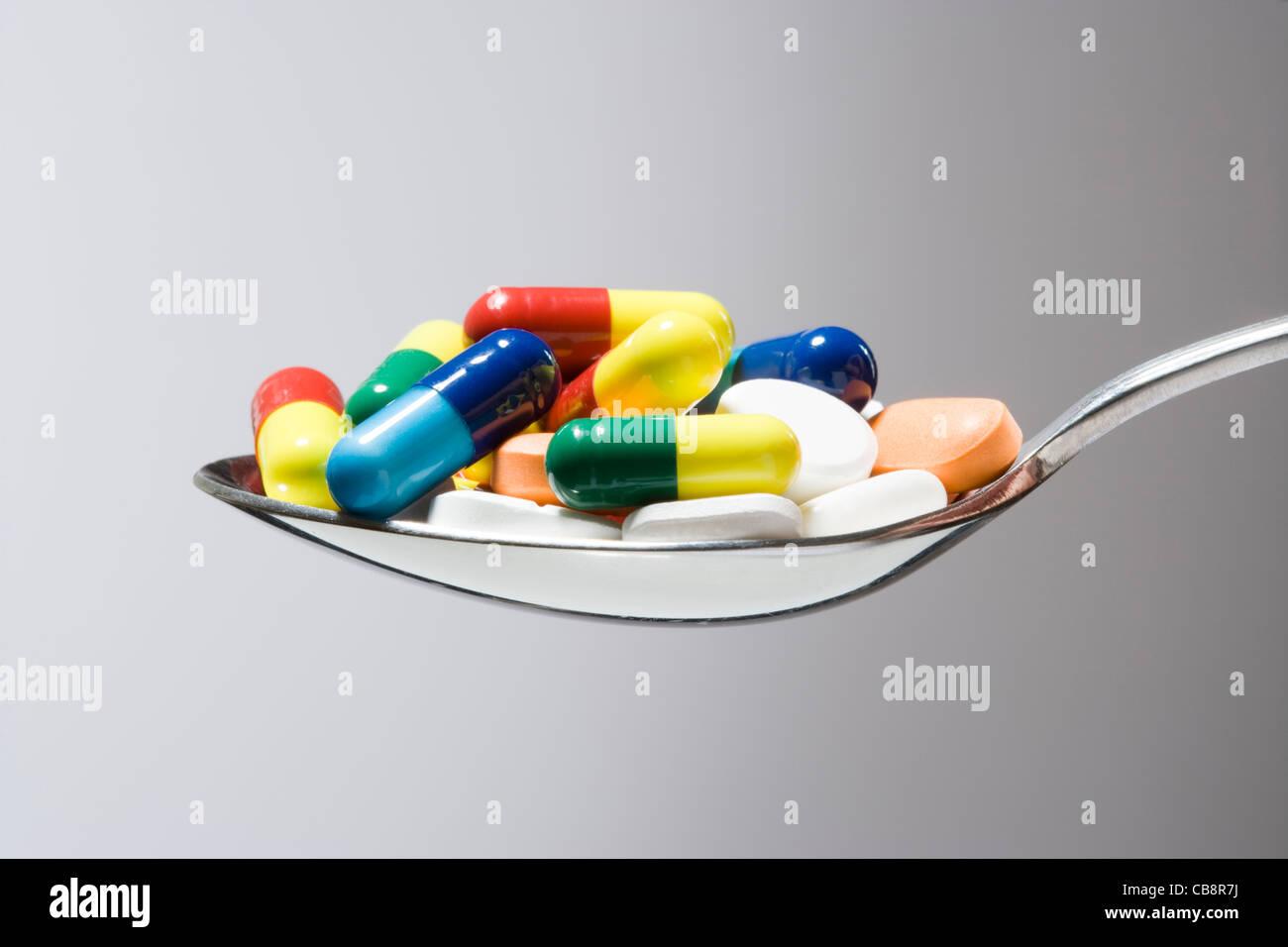 Pilules sur la cuillère. Photo Stock