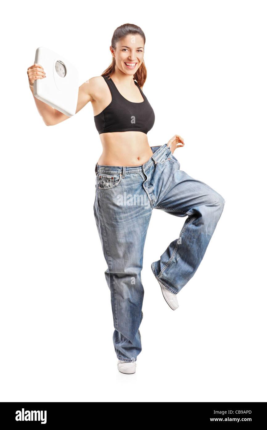 Portrait d'une femme de weightloss tenant une échelle de poids Photo Stock