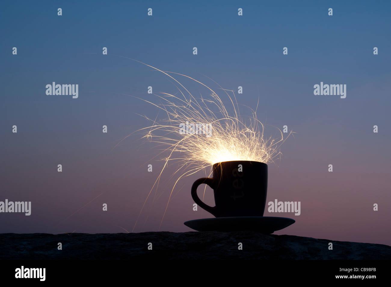 Fiery tempête dans un verre d'concept. Fire cracker dans une tasse de nuit Photo Stock