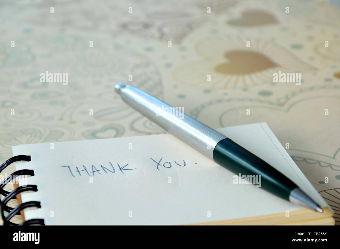 Dire merci avec un message texte sur papier et stylo Photo Stock