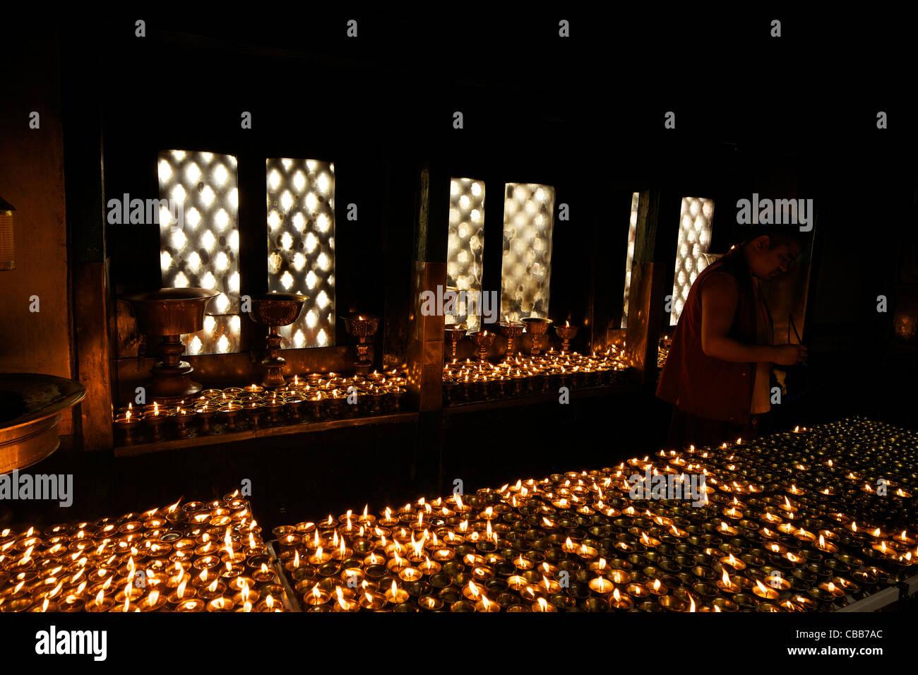 L'éclairage des lampes à l'huile moine bouddhiste Swayambhunath Stupa Monkey Temple Site du patrimoine Photo Stock
