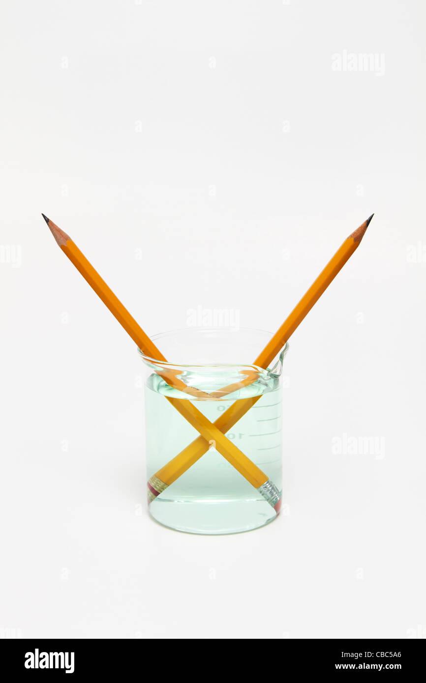 Crayons dans un bécher avec de l'eau Photo Stock