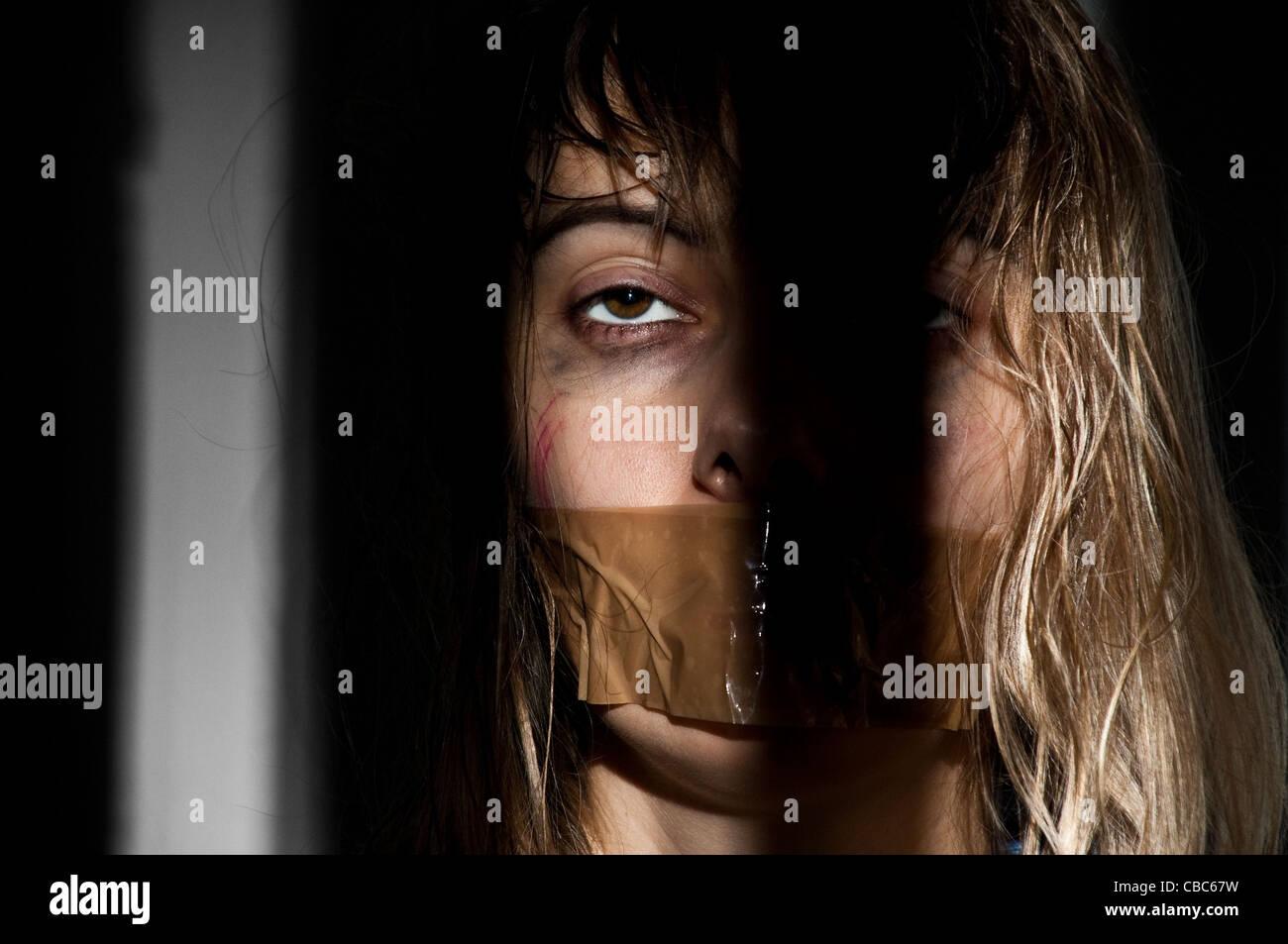 Femme Baillonnee jeune femme pris en otage avec sa bouche bâillonnée banque d'images